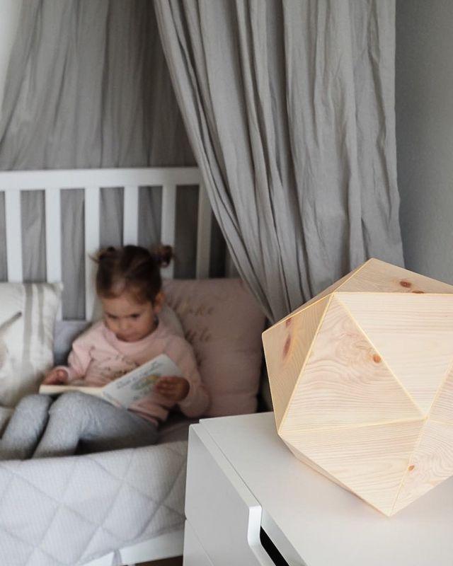 ZirbenLu-fter-ZirbenLuefter-LAMP-ikos1-im-Kinderzimmer-als-Schlaflicht-LED-aus-Zirbenholz-mit-Kind-lesend-2